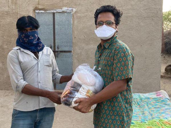 एक कलाकार घर तक मदद पहुंचाते लोग। - Dainik Bhaskar