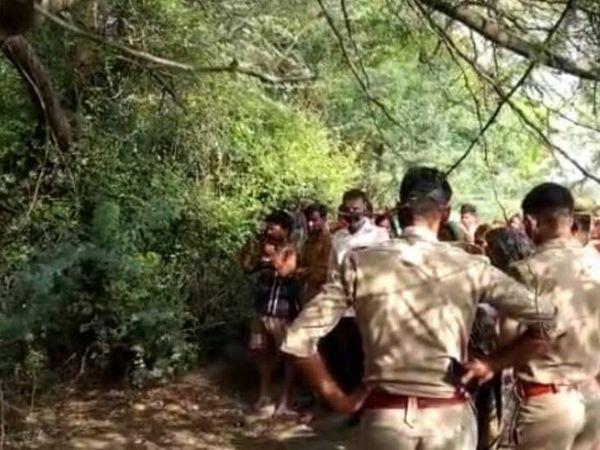 घटनास्थल पर पड़ताल करती पुलिस टीम। - Dainik Bhaskar