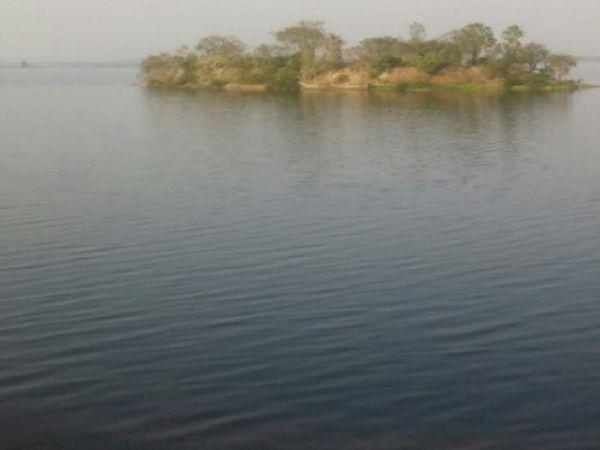 खूंटाघाट बांध में मछली पकड़ने की रोक के बावजूद लोग यहां मछली पकड़ने पहुंच जाते हैं। रविवार को नंदू भी मछली पकड़ने ही गया था।