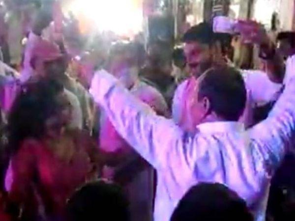 समारोह में झूमते दिखे बीजेपी नेता। - Dainik Bhaskar
