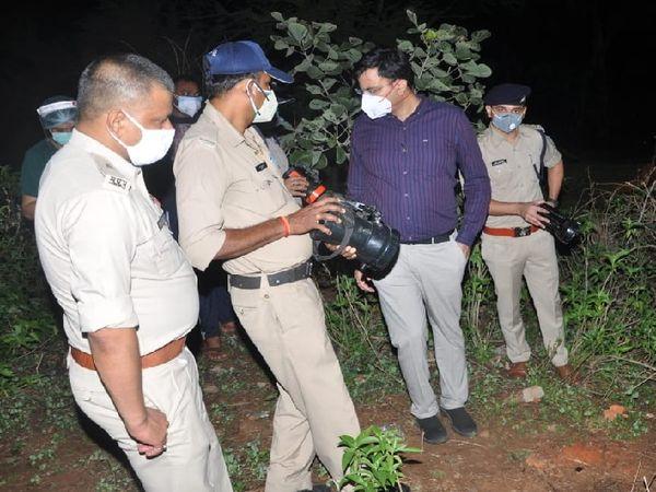 घटनास्थल पर जांच करती पुलिस टीम।