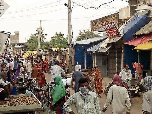 विवाह के 14 मुहूर्त, इसलिए किराना, कपड़ा, सोना और ऑटो सेक्टर में बड़ी खरीदारी की संभावना (फाइल फोटो) - Dainik Bhaskar