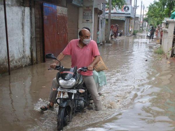 अंकित परिसर में जलभराव। - Dainik Bhaskar