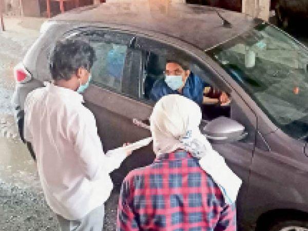 महू. जाम दरवाजा पर खरगाेन जिले में जाने वाले वाहन चालकाें से टीम पूछताछ कर नाम-पता व मोबाइल नंबर नोट कर रही है। - Dainik Bhaskar