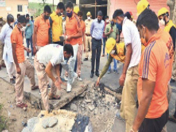 रविवार शाम पांच बजे अचानक तेज धमाके के साथ विस्फोट होने से लोगों में दहशत फैल गई। - Dainik Bhaskar