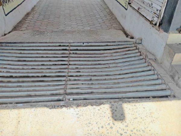 टिमरनी। अस्पताल के मुख्य द्वार पर बना क्षतिग्रस्त काऊ कैचर। - Dainik Bhaskar