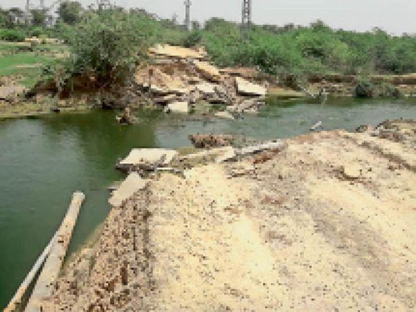 बड़ापदमपुरा   ढूंढ नदी में बही हनुमानपुरा बीसलपुर पाइप लाइन। - Dainik Bhaskar