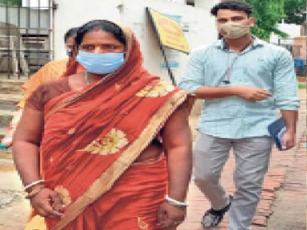 गिरफ्तार सरिता देवी को कोर्ट में पेशी को ले जाती दिल्ली पुलिस। - Dainik Bhaskar