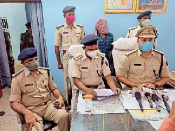 गिरफ्तार ऑनर किलिंग के आरोपी के बारे में जानकारी देेते पुलिस पदाधिकारी। - Dainik Bhaskar