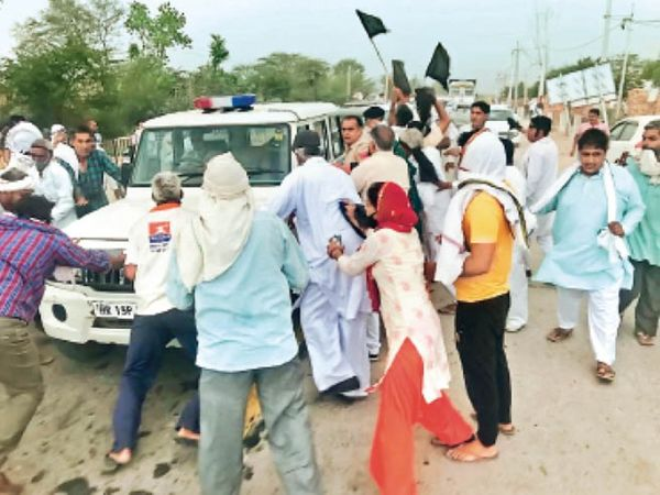 गांव बिरही कलां में भाजपा नेत्री का विरोध करते किसान। - Dainik Bhaskar