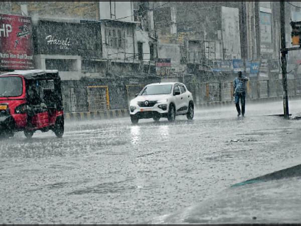 हिसार  दिन में गर्मी और शाम के समय बारिश से मौसम खुशगवार हो गया। बारिश होने के कारण लगातार दो-तीन दिन से गर्मी झेल रहे लोगों को राहत मिली। - Dainik Bhaskar