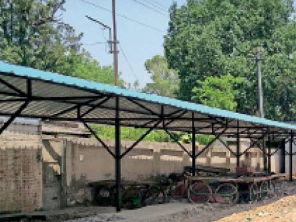 कैंटाेनमेंट बाेर्ड ने लालकुर्ती के पास फड़ी मार्केट के लिए बनाया शेड। - Dainik Bhaskar