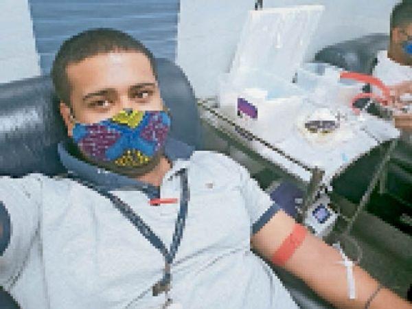 दूसरे शहरों में पहुंचकर रक्तदान करते रक्तवीर परिवार के सदस्य। - Dainik Bhaskar