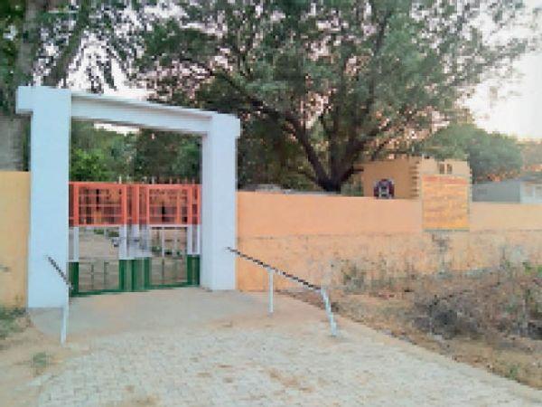 झोझू कलां। गांव गोकल का राजकीय स्कूल जिसे मर्ज किया गया था। - Dainik Bhaskar