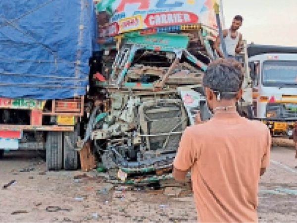 ठीकरिया टीटोली टोल प्लाजा के पास दुर्घटनाग्रस्त वाहन व उपस्थित ग्रामीण। - Dainik Bhaskar