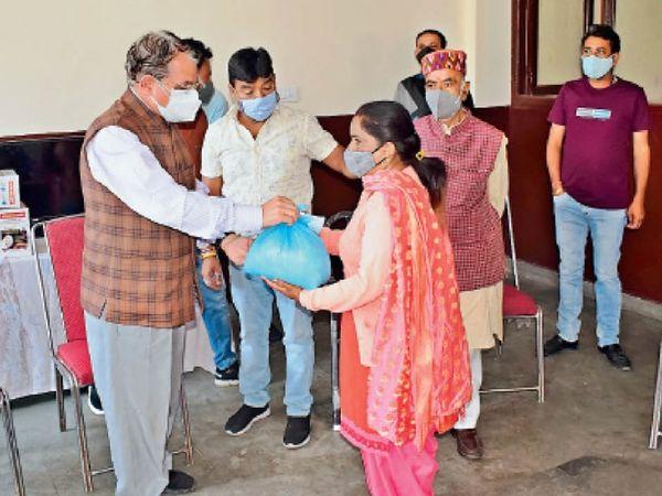 शहरी विकास,  मंत्री सुरेश भारद्वाज ने जरूरतमंदों को यह किट प्रदान कीं। - Dainik Bhaskar