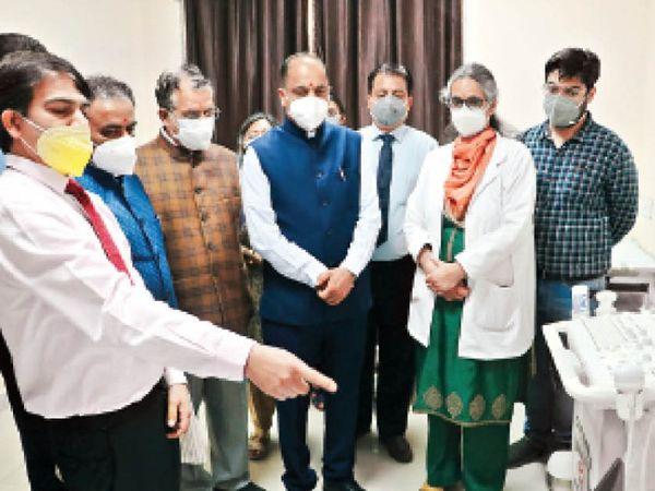दैनिक भास्कर द्वारा उठाए गए मुद्दे के बाद मुख्यमंत्री जयराम ठाकुर ने रविवार को  कमला नेहरू अस्पताल में दोनों मशीनों का शुभारंभ किया और डॉक्टरों से जानकारी ली। - Dainik Bhaskar
