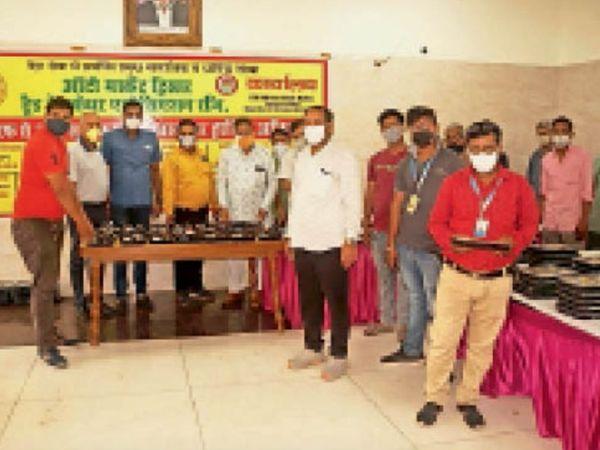 हिसार | ऑटो मार्केट ट्रेड वेलफेयर एसोसिएशन एवं श्री श्याम संघ परिवार के पदाधिकारी जरूरतमंदों के लिए खाना तैयार कराते हुए। - Dainik Bhaskar