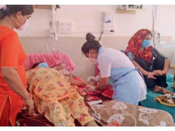 मेडिकल कॉलेज अग्रोहा में ब्लैक फंगस  से पीड़ित मरीजों के उपचार में लगी स्टाफ की टीम। - Dainik Bhaskar