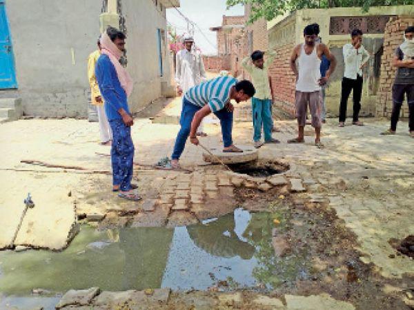 कलायत   ओवरफ्लो सीवरेज के कारण जमा गंदे पानी की समस्या को लेकर रोष जताते स्थानीय लोग। - Dainik Bhaskar