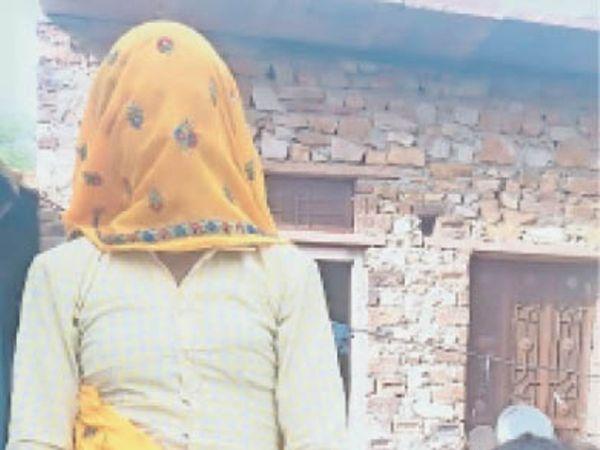 नारौली में अवधिपार दाल के पैकेट दिखाती महिला व बच्चा। - Dainik Bhaskar