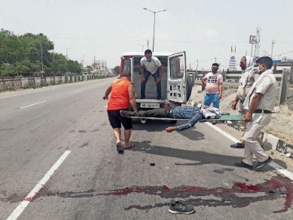 हाईवे पर सड़क दुर्घटना के बाद शव को एंबुलेंस के माध्यम से पोस्टमार्टम के लिए भेजती हुई पुलिस। - Dainik Bhaskar