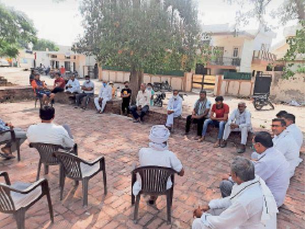 कुरुक्षेत्र। खेड़ी रामनगर की चौपाल में नर्सिंग कॉलेज के नामकरण को लेकर पंचायत करते ग्रामीण। - Dainik Bhaskar