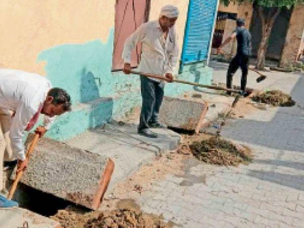 सफाई की मांग मजबूती से उठने के साथ काम करते नाला गैंग कर्मचारी। - Dainik Bhaskar
