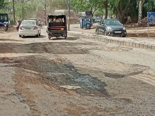 रेवाड़ी शहर में बदहाल स्थिति में पहुंचा बावल रोड। अब ये हादसों की डगर बन चुका है। - Dainik Bhaskar