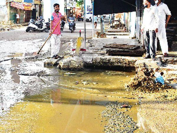 कच्चा बेरी राेड पर नाले गंदगी से बंद हाेने के दाैरान सड़क पर भरा हुअा गाेबर का पानी। - Dainik Bhaskar