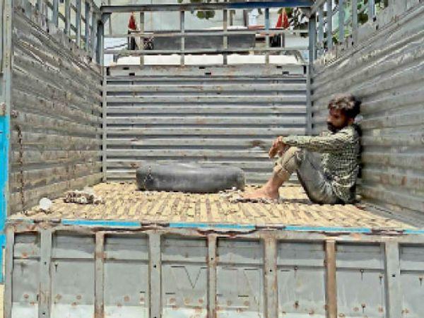 यमुनानगर। नहर से शव मिलने पर गुमसुम ट्रक में बैठे सौरव के चाचा। - Dainik Bhaskar