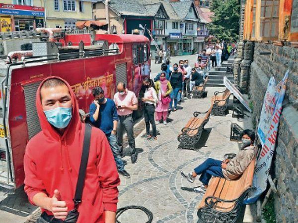 तस्वीर शिमला की है जहां वैक्सीन लगाने के लिए लोग लाइन में लगे हैं। - Dainik Bhaskar