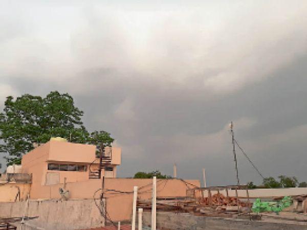 शहर में दाेपहर बाद बादल छाए रहने से तेज धूप नदारद रही। - Dainik Bhaskar
