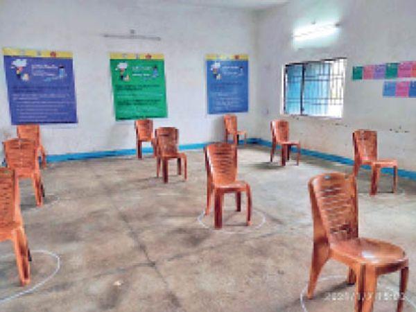 टीकाकरण केंद्र में खाली पड़ी हैं कुर्सियां। - Dainik Bhaskar