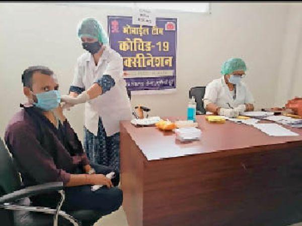 प्राथमिक स्वास्थ्य केंद्र में टीका लगवाते लोग। - Dainik Bhaskar