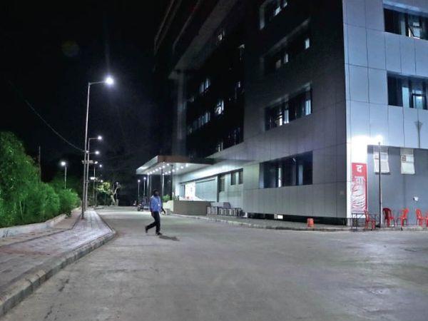 तस्वीर रविवार शाम 7 बजे कोविड हॉस्पिटल सुपर स्पेशिएलिटी की। मरीज संख्या कम होने के साथ ही अस्पताल के बाहर अब अटेंडर भी नहीं दिख रहे हैं। - Dainik Bhaskar