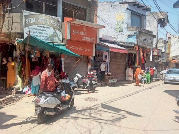 झज्जर शहर के बाजार में खुरीदारी के लिए पहुंच रहे लोग, लेकिन कोरोना महामारी को लेकर भीड़ नहीं लग रही। - Dainik Bhaskar