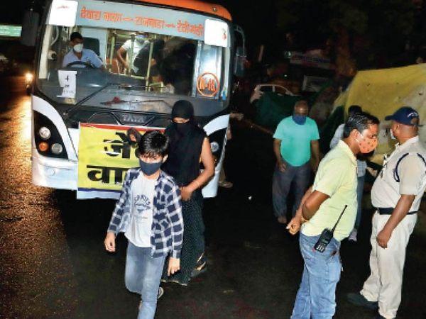 घंटेभर बाद महिला, बच्चों को छोड़ दिया, लेकिन सख्ती से महिला रुआंसी हो गई। फोटो   संदीप जैन - Dainik Bhaskar
