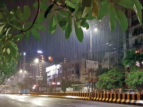 शहर में रविवार रात कुछ हिस्सों में बारिश हुई। यशवंत निवास रोड पर रात 8 बजे की तस्वीर। फोटो | ओपी सोनी - Dainik Bhaskar