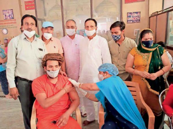 सिद्ध बाबा प्रसाद गिरिजी मंदिर में वैक्सीन लगवाते मृत्युंजय गिरि महाराज। - Dainik Bhaskar