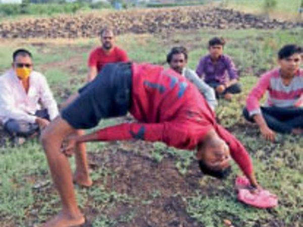चक्रासन का अभ्यास करते किसान। - Dainik Bhaskar