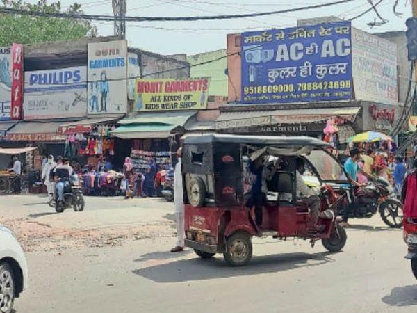 बहादुरगढ़ के रेलवे रोड पर लॉकडाउन के चलते बाजार में ऑड-इवन के अनुसार नहीं खुल रही दुकानें, रविवार को भी बाजार खुला रहा। - Dainik Bhaskar