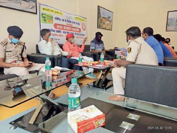 बैठक में शामिल यूनिसेफ के सदस्य व अन्य। - Dainik Bhaskar