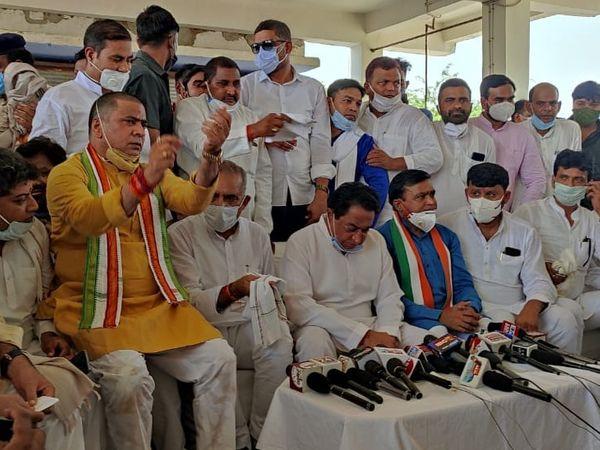 पूर्व सीएम कमलनाथ के साथ मंच पर ज्यादातर समर्थकों के चेहरे पर मास्क नहीं, किसी ने सिर्फ मुंह ढंक रखा था - Dainik Bhaskar