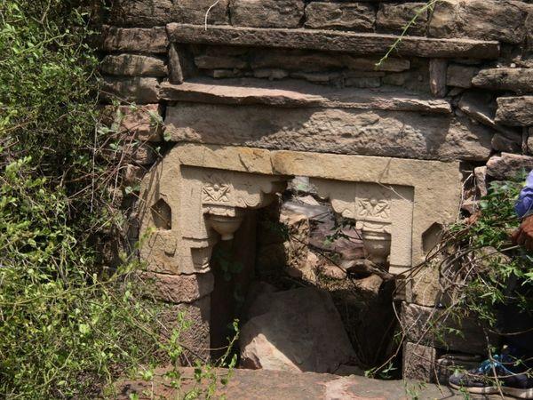 दो मंजिला मकान, छत की सीढ़ियां, नगर का प्रवेश द्वार भी मौजूद। - Dainik Bhaskar