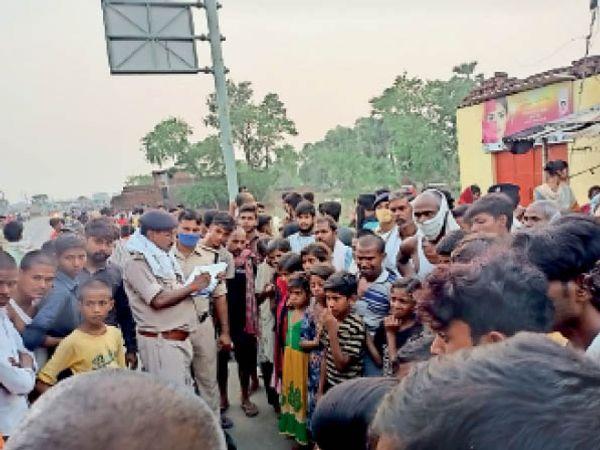 मौके पर जमा भीड़ व मौजूद पुलिस। - Dainik Bhaskar