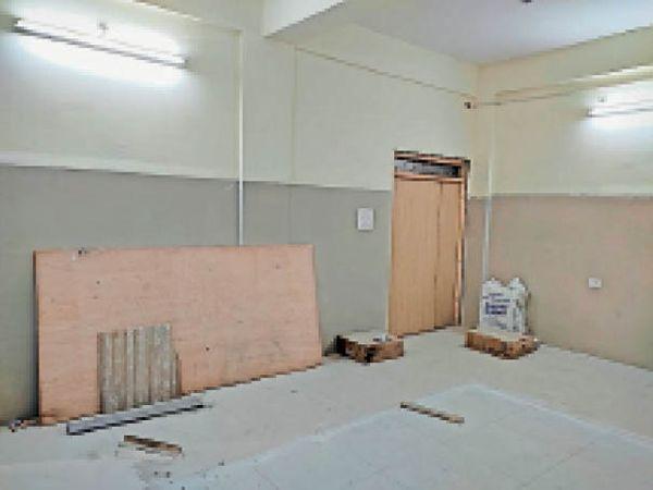 जिला अस्पताल में सीटी स्कैन मशीन के चैंबर में हो रहा निर्माण। - Dainik Bhaskar