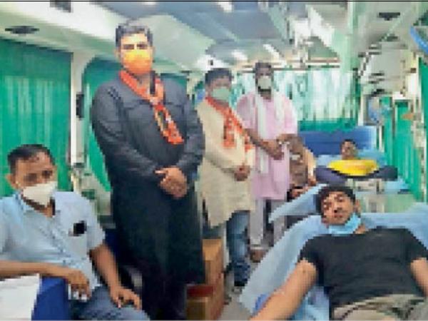 भरतपुर। माेदी सरकार की सालगिरह पर रक्तदान करते कार्यकर्ता। - Dainik Bhaskar