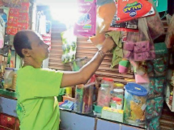 बैतूल| अनलॉक होने की जानकारी लगने के बाद सफाई करता दुकानदार। - Dainik Bhaskar