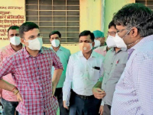 बयाना. सीएचसी के निरीक्षण के दौरान चिकित्सा अधिकारियों से जानकारी लेते कलेक्टर। - Dainik Bhaskar